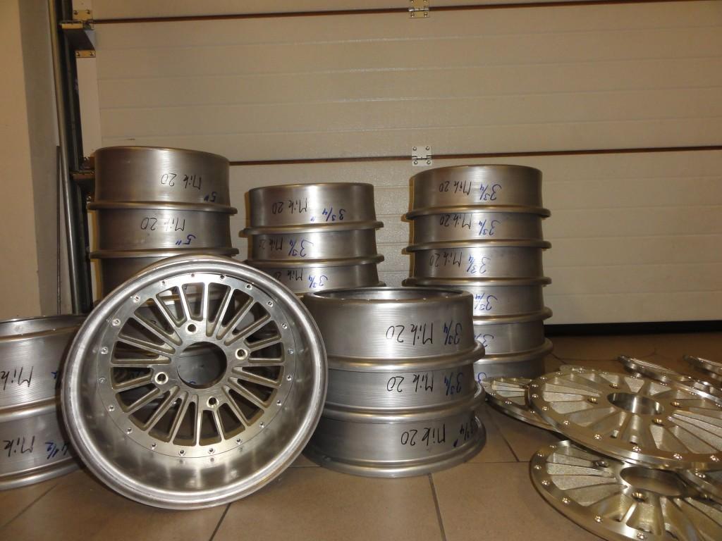Na obrázku jsou zobrazeny disky kol, které jsou naskládane na sobě. Disky kol jsou uplně nové.